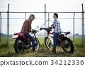 老年人和婦女騎自行車 34212336