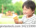 ソフトクリームを食べる男の子 34215990