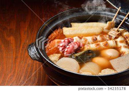 """注意)蒸汽是修飾合成。 """"標準菜Oden冬天在陶罐""""圖像。蘿蔔,雞蛋,紅薯,牛肉條紋。 34235178"""
