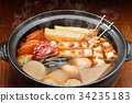 """注意)蒸汽是修飾合成。 """"標準菜Oden冬天在陶罐""""圖像。蘿蔔,雞蛋,紅薯,牛肉條紋。 34235183"""