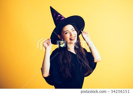 할로윈 마녀 의상 젊은 여성 34256151