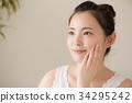 スキンケアをする若い女性 34295242