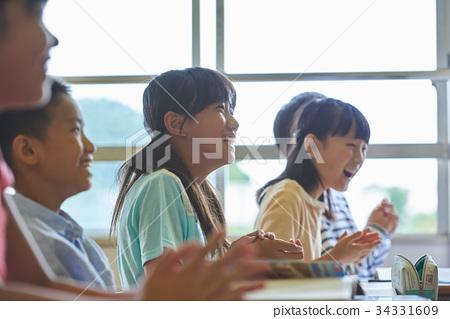 小學學生 小學生 一個年輕成年女性 34331609
