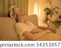 做熱的眼罩的婦女在晚上 34353057