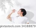 물을 마시는 젊은 남성 야외 34388879