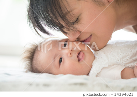 아기의 뺨에 키스하는 엄마 34394023