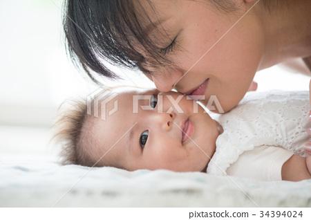 아기의 뺨에 키스하는 엄마 34394024