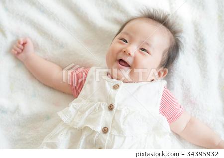 웃는 아기 소녀 34395932