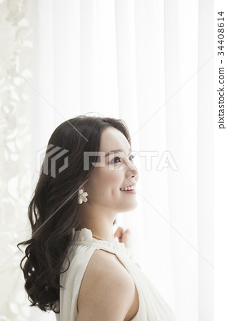 Young woman 34408614