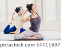 요가 스튜디오에서 요가를하는 젊은 여성 34411607