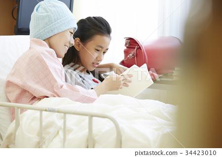 투병중인 어머니와 병실에서 보내는 여자 34423010