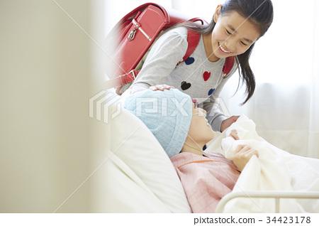투병중인 어머니와 병문안 온 초등학생 34423178