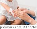 아이의 손을 닦아 엄마 34427760