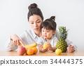 水果 成熟的女人 一個年輕成年女性 34444375