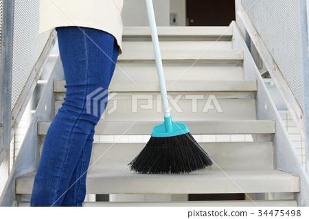 계단을 청소하는 여자 34475498
