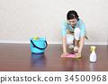 청소를하는 여성 34500968