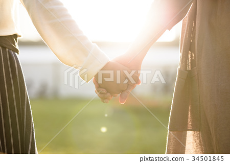 握手的母親女孩 34501845