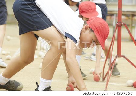 小學生在運動會上穿上球 34507359