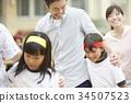 運動日父母和兩個人三腳架 34507523