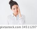 年輕女子(自然的白色背景) 34511207