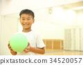 เด็ก ๆ เล่นกับลูกบอล 34520057