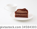 접시에 얹은 초콜릿 케이크와 커피 컵 흰색 배경 34564303