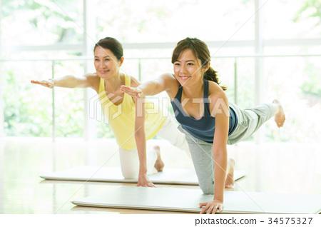 瑜伽 瑜珈 一個年輕成年女性 34575327