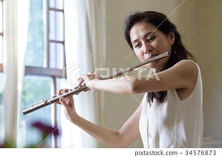 吹長笛的婦女 34576873
