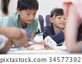 นักเรียนประถมศึกษากำลังวาดห้องเรียนทำงาน 34577392