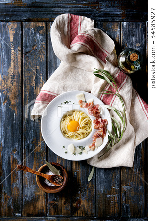 Italian pasta carbonara 34585927