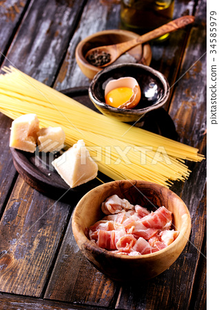 Ingredients for pasta carbonara 34585979