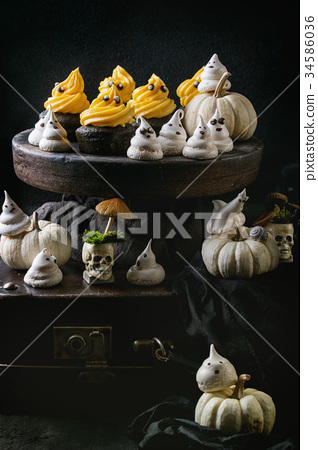 Halloween decorated sweet table 34586036