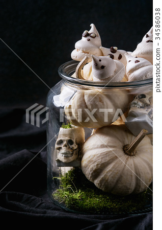 Halloween decorated sweet table 34586038
