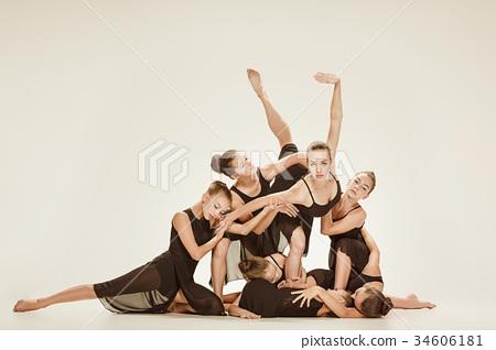 The group of modern ballet dancers 34606181