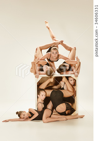 The group of modern ballet dancers 34606331