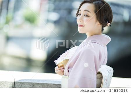 一個女人在風扇和和服 34656018