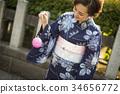 Yukata的妇女享用水气球的 34656772