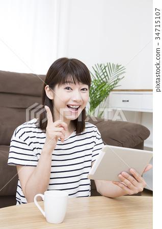 태블릿을 사용하는 젊은 여성 34715107