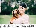 미니어처 닥스 훈트와 일본인 여성 34724098