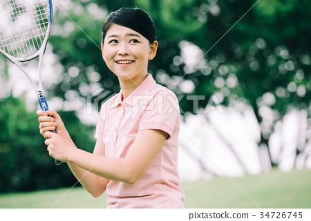 ผู้หญิงญี่ปุ่นกำลังเล่นกีฬาเทนนิส 34726745