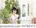 หญิงสาวกำลังทำสวน 34780375