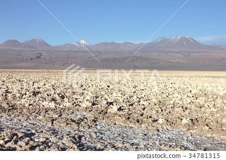 남미 칠레 북부의 고지에있는 아타 카마 염호의 소금으로 뒤덮인 사막 지대와 배경에 퍼지는 안데스 산맥의 절경 34781315
