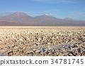 남미 칠레 북부의 고지에있는 아타 카마 염호의 소금으로 뒤덮인 사막 지대와 배경에 퍼지는 안데스 산맥의 절경 34781745