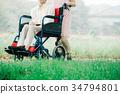 推擠輪椅步行的年輕護工 34794801