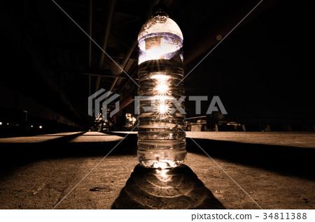 燈光下的寶特瓶 34811388