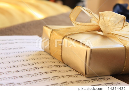 Golden present and score 34834422