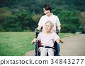 散步在輪椅的資深和幫手 34843277