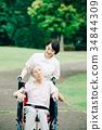 有照料者和輪椅的資深婦女 34844309