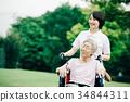 有照料者和轮椅的资深妇女 34844311