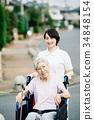有關心工作者和輪椅的資深婦女 34848154